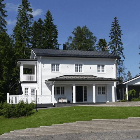 Millaisia ajatuksia tämän vuoden asuntomessut herättivät sinussa? Tämän New England -tyylisen talon suunnitelma alkoi hahmottua Kokkolan asuntomessuilla. #unelmatalo #teritalot.  Vilka visioner väckte årets bostadsmässa? Inspirationen till detta hus, i New England-stil,hittades på bostadsmässan i Karleby. #drömhus #terihus