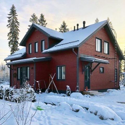 Pakkanen paukkuu ulkona, mutta uudessa punaisessa tuvassa on lämmintä ja mukavaa. / Ute biter kylan men i den nya röda stugan är det varmt och mysigt.  #teritalot #terihus #talopaketti #huspaket #uusikoti #nytthem #koti #hem