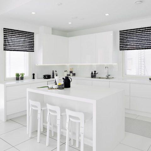 Paljon valoa, valkoista ja harkittuja yksityiskohtia löytyy tästä kauniista CUBO-kodin keittiöstä 🌷  Mycket ljus, vita ytor och genomtänkta detaljer. Det kännetecknar det vackra köket i detta CUBO-hem. 🌷  #teritalot #terihus #talopaketti #huspaket #uusikoti #modernikoti #nytthem #nordichome #rakentajat2019 #suomalainenkoti #finnishhome #koti #hem