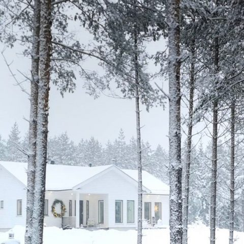 Talven satumaa. ❄️ Mukavaa viikonloppua! . Sagolikt vinterlandskap. ❄️ Trevlig helg! . Kuva/foto: @mocka.interior . #teritalot #terihus #talopaketti #huspaket #nordichomes #suomalainenkoti #finnishhome #puutalo #trähus #home #koti #unelmienkoti #drömhem #winter #winterwonderland